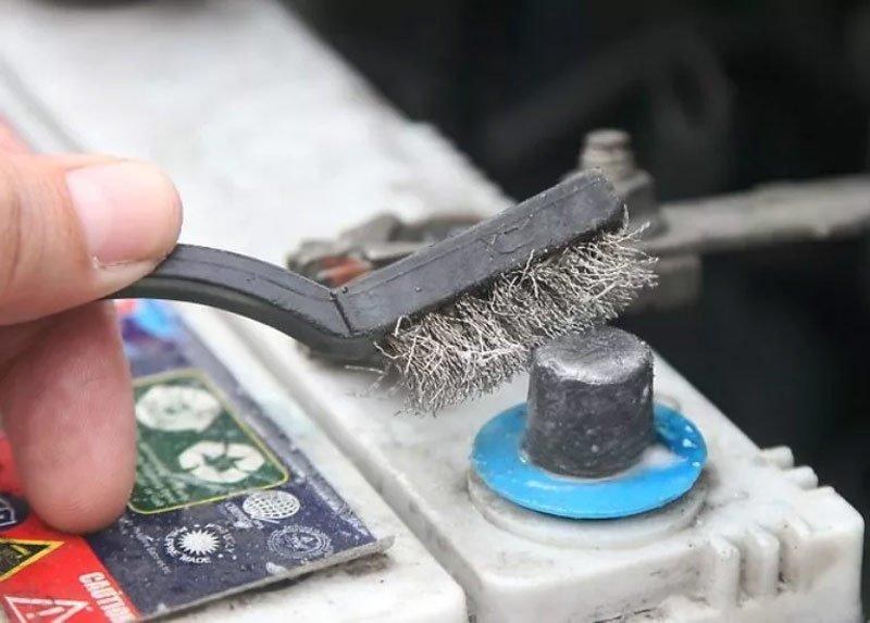 Очистка аккумуляторных клемм