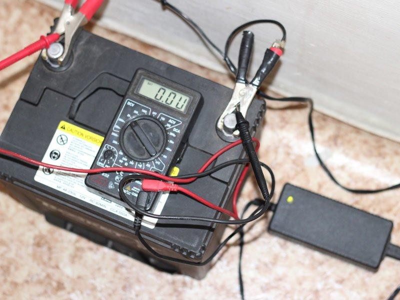 Автомобильный аккумулятор на зарядке