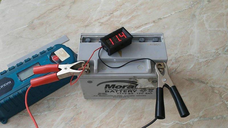 Гелевый аккумулятор на зарядке