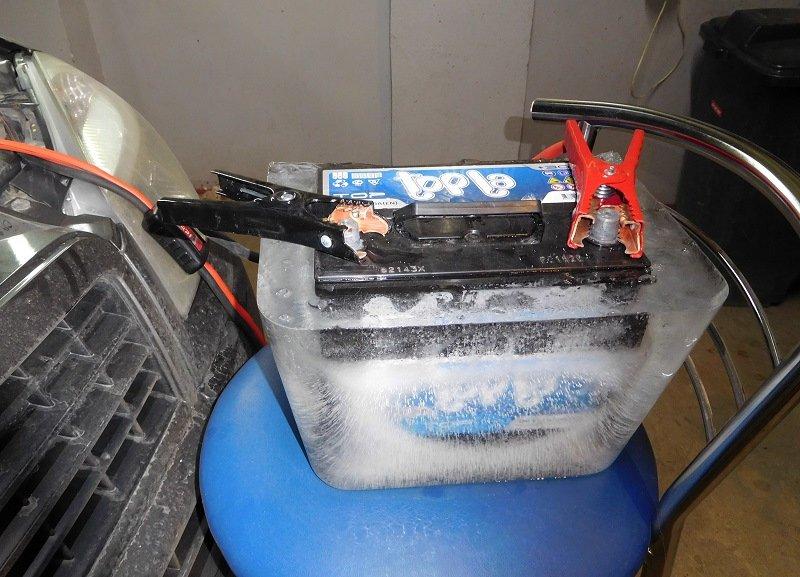 Аккумулятор автомобиля во льду